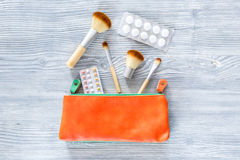 Piękno torba z kosmetykami, antykoncepcyjny i pigułkami na drewnianym stołowym tło odgórnego widoku copyspace, Zdjęcie Royalty Free