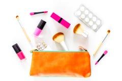 Piękno torba z kosmetykami, antykoncepcyjny i pigułki na bielu, zgłaszamy tło odgórnego widok Zdjęcia Stock