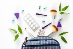 Piękno torba z kosmetykami, antykoncepcyjny i pigułki na bielu, zgłaszamy tło odgórnego widok Zdjęcie Stock