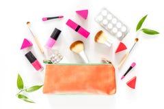 Piękno torba z kosmetykami, antykoncepcyjny i pigułki na bielu, zgłaszamy tło odgórnego widok Obraz Royalty Free