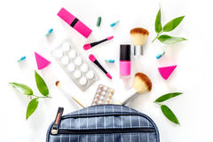 Piękno torba z kosmetykami, antykoncepcyjny i pigułki na bielu, zgłaszamy tło odgórnego widok Obraz Stock