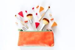 Piękno torba z kosmetykami, antykoncepcyjny i pigułki na bielu, zgłaszamy tło odgórnego widoku copyspace Obraz Stock