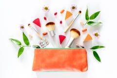 Piękno torba z kosmetykami, antykoncepcyjny i pigułki na bielu, zgłaszamy tło odgórnego widoku copyspace Obrazy Stock