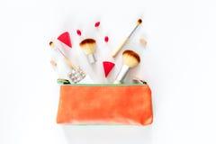 Piękno torba z kosmetykami, antykoncepcyjny i pigułki na bielu, zgłaszamy tło odgórnego widoku copyspace Obrazy Royalty Free