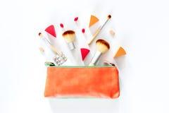 Piękno torba z kosmetykami, antykoncepcyjny i pigułki na bielu, zgłaszamy tło odgórnego widoku copyspace Zdjęcia Royalty Free