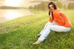 piękno trawa siedzi kobiety obraz stock