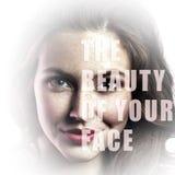 Piękno Twój twarz Zbliżenie portret piękna kobieta patrzeje z makeup, naturalnymi piegi i tekst na jej twarzy obraz stock