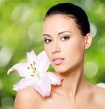 Piękno twarz młoda piękna kobieta z kwiatem zdjęcia royalty free
