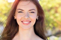 Piękno twarz młoda uśmiechnięta kobieta outdoors obraz stock
