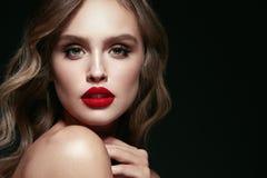 Piękno Twarz Piękna kobieta Z Makeup I rewolucjonistki wargami Zdjęcia Stock