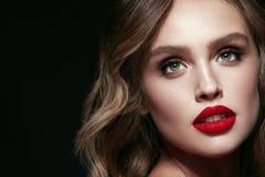Piękno Twarz Piękna kobieta Z Makeup I rewolucjonistki wargami Zdjęcia Royalty Free