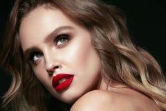 Piękno Twarz Piękna kobieta Z Makeup I rewolucjonistki wargami Fotografia Royalty Free