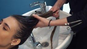 Piękno, włosiana opieka i ludzie pojęć, - szczęśliwa młoda kobieta z fryzjera domycia głową przy włosianym salonem zbiory wideo