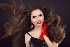 Piękno włosy Długa błyszcząca falista fryzura Piękny brunetki portr Obraz Stock