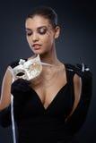 Piękno w czerni sukni z karnawał maską zdjęcie stock
