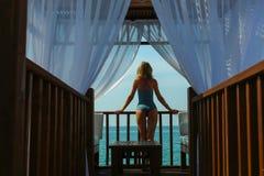 Piękno w drewnianym wodnym bungalowie zdjęcia royalty free