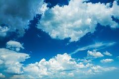 Piękno w natury niebieskim niebie z cumulus chmurami Obrazy Stock