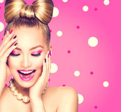 Piękno wzorcowa dziewczyna z łęk fryzurą Zdjęcie Stock