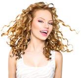 Piękno wzorcowa dziewczyna z blondynka kędzierzawym włosy Obrazy Stock