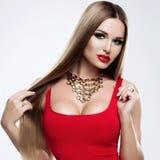 Piękno wzorcowa dziewczyna z zdrowym blond pasmowym włosy Piękna blondynki kobieta z jaskrawym makeup, błyszczący prosty włosy ha fotografia stock
