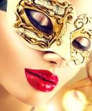 Piękno wzorcowa kobieta jest ubranym venetian maskę Fotografia Royalty Free
