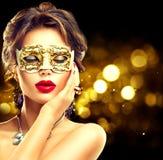 Piękno wzorcowa kobieta jest ubranym venetian maskę Obraz Royalty Free