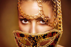 Piękno wzorcowa kobieta jest ubranym venetian maskaradową karnawał maskę Obrazy Stock