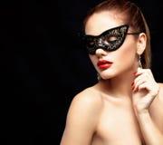 Piękno wzorcowa kobieta jest ubranym venetian maskaradową karnawał maskę przy przyjęciem odizolowywającym na czarnym tle Bożenaro Fotografia Stock