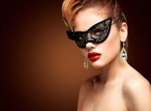 Piękno wzorcowa kobieta jest ubranym venetian maskaradową karnawał maskę przy przyjęciem odizolowywającym na czarnym tle Bożenaro Obraz Royalty Free