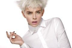 Piękno wzorcowej blondynki krótki włosy pokazuje perfect skórę fotografia royalty free