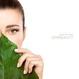 Piękno zdroju kobieta z Świeżym liściem nad twarzą zdjęcia royalty free