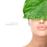 Piękno zdroju kobieta z Świeżym liściem nad twarzą Fotografia Royalty Free