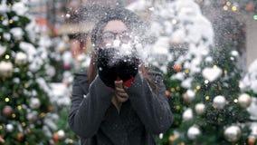 Piękno zimy dziewczyny Podmuchowy śnieg w centrum miasta _ Lataj?cy p?atki ?niegu Radosna m?oda kobieta Ma zabaw? Zima i zbiory wideo