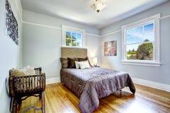 Piękny łóżko z wysokim headboard które doskonale mieszają z mrówką Zdjęcia Royalty Free