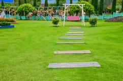 Piękny, ławka, spokój w ogródzie Zdjęcia Royalty Free