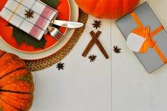 Piękny łomota stołowy położenie dla dziękczynienie tematu i piękna spadek karta w kolorach bielu i pomarańcze flatlay obrazy royalty free