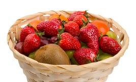 Piękny łozinowy kosz z jagodami i owoc obraz stock