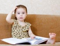 Piękny śliczny dziecko czyta książkę Fotografia Royalty Free
