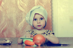 Piękny śliczny mały kucharz z warzywami Obraz Royalty Free