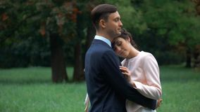 Piękny ślub pary panny młodej fornal pozuje w jesień parku zbiory wideo