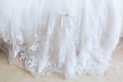 Piękny ślub z białym oblamowanie sukni łękiem, zbliżenie fotografia royalty free