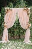 Piękny ślubny archway Łuk dekorujący z brzoskwiniowym płótnem i kwiatami fotografia royalty free