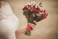 Piękny ślubny bukiet czerwone róże kwitnie w ręce anonym Fotografia Royalty Free