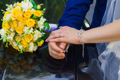 Piękny ślubny bukiet kwiaty na samochodzie z rękami Zdjęcia Stock