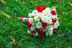 Piękny ślubny bukiet kwiaty na trawie Obraz Royalty Free