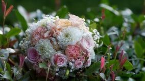 Piękny ślubny bukiet na tle ulistnienie zbiory wideo