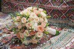 Piękny ślubny bukiet róże dla panny młodej Zdjęcie Stock