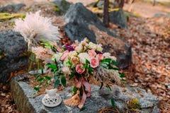 Piękny ślubny bukieta składać się z różni kwiaty kłama na kamieniu w parku Jesień ślub Zdjęcia Stock