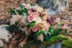 Piękny ślubny bukieta składać się z różni kwiaty kłama na kamieniu w parku Jesień ślub Fotografia Royalty Free