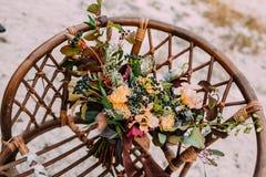 Piękny ślubny bukieta składać się z różni kwiaty kłama na starym brown krześle Wiązka kwiaty Obrazy Stock